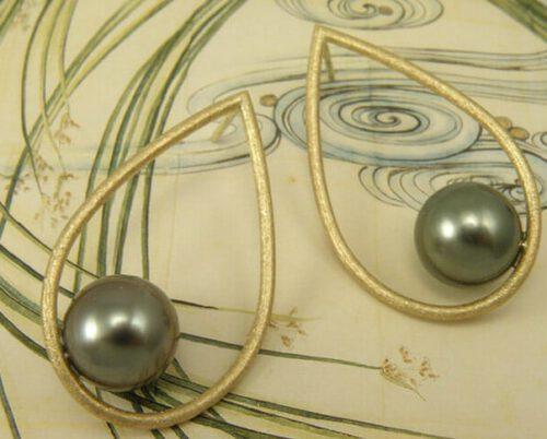 Roségouden druppel oorstekers met Tahiti Zuidzeeparels. Rose golden dropshape earrings with Tahiti pearls. Uit het Oogst atelier Amsterdam.