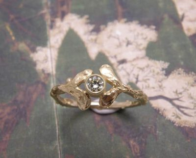 Geelgouden ring met 4 blaadjes en een diamant. Yellow golden ring with 4 leafs and a diamond. Uit het Oogst atelier Amsterdam.