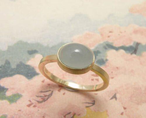 Geelgouden ring met aquamarijn. Gedenksieraad. Assieraad. Yellow gold ring with aquamarine. Commemorative jewel. Oogst goudsmid Amsterdam
