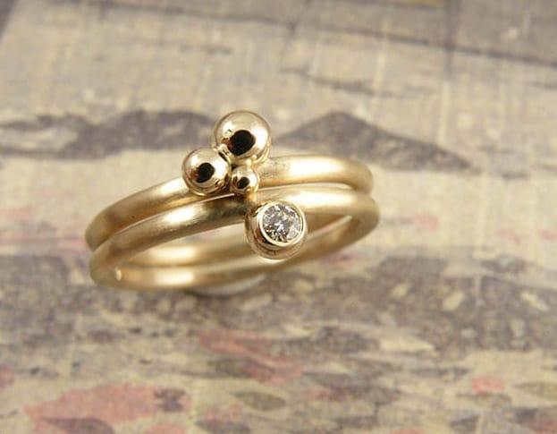 Geelgouden ring met bessen. Geelgouden ring met diamant. Aanschuifringen. Uit het Oogst atelier. Yellow gold ring with berries. Yellow gold ring with berry and diamond. Stack rings. Made in the Oogst goldsmith studio.