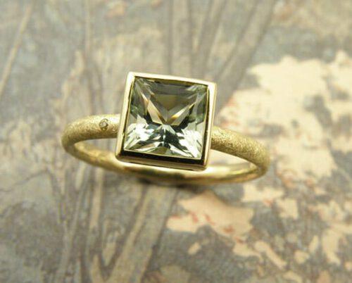 geelgouden ring met prasioliet. Yellow golden ring with prasiolite. Oogst Amsterdam.