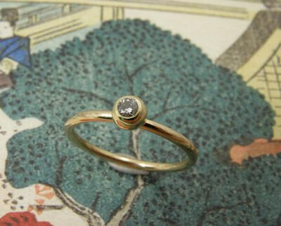 Verlovingsring 'Bessen'. Geelgouden fijne ring met bol en diamant. Engagement ring 'Berries'. Delicate yellow golden ring with a sphere and a diamond. Oogst goudsmeden Amsterdam.