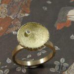 Geelgouden ring met eikendopje en diamant. Yellow golden ring with acorn and diamond. Oogst Amsterdam.