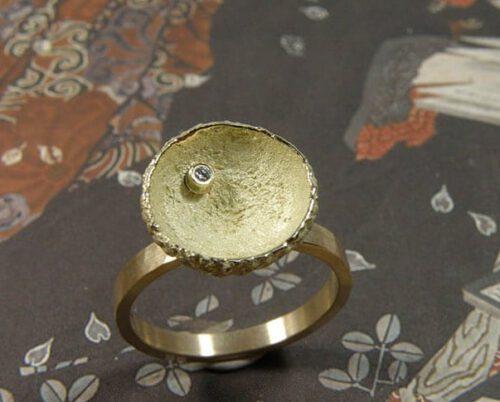 Geelgouden 'Eik' ring met eikendopje en diamant. Ontwerp van sieraadontwerper Oogst Amsterdam.