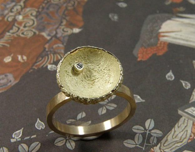 Geelgouden ring met eikendopje en diamant. Yellow golden ring with acorn and diamond. Oogst Amsterdam.