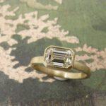 Geelgouden verlovingsring met emerald geslepen diamant. Yellow gold engagement ring with emerald cut diamond. Custom design by Oogst Amsterdam Goudsmid Oogst