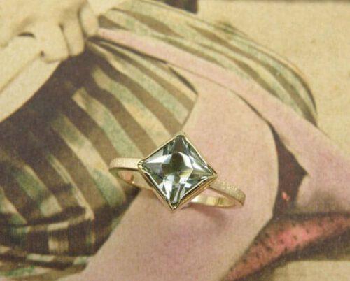 Geelgouden ring met prasioliet. Yellow gold ring with square cut prasiolite. Oogst goudsmid Amsterdam
