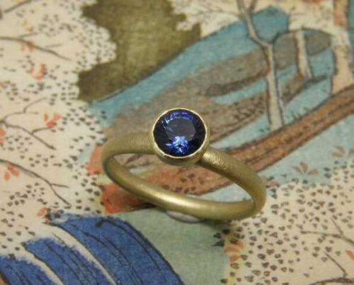 Verlovingsring 'Eenvoud'. Geelgouden ring met saffier. Engagement ring 'Simplicity'. Yellow golden ring with sapphire. Uit het Oogst atelier Amsterdam.