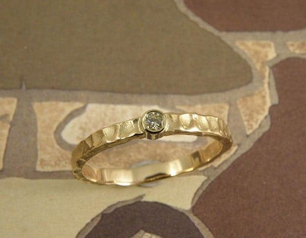 Verlovingsring 'Deining' met diamant. Geelgouden ring met structuur en diamant. Engagement ring 'Swell'. Yellow golden ring with structure and diamond. Uit het Oogst atelier Amsterdam.