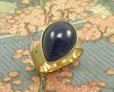 Geelgouden ring met tanzaniet druppel en groene diamant. Yellow golden ring with dropshape tanzanite and green diamond. Oogst goudsmeden Amsterdam.
