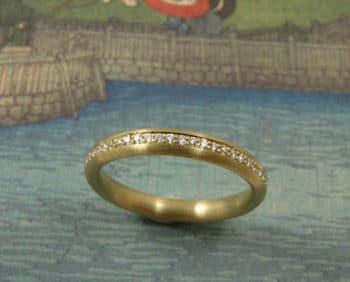 Roségouden ring 'Eenvoud' met Cape kleurige, briljant geslepen diamant, rondom Pavé gezet.