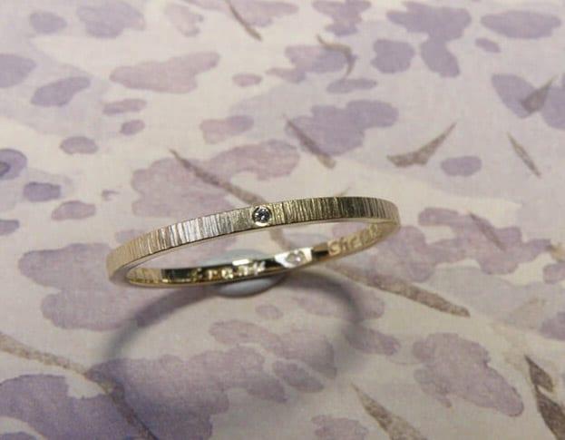 Geelgouden ring Ritme met diamant en hamerslag. Yellow gold ring Rhythm with a diamond and hammering. Uit het Oogst goudsmid atelier. Made in the Oogst goldsmith studio.