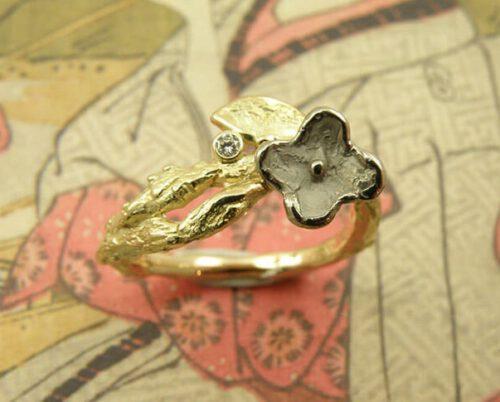 Geelgouden takje met witgouden bloemetje en diamant. Yellow golden twig ring with white golden flower and diamond. Uit het Oogst atelier Amsterdam.