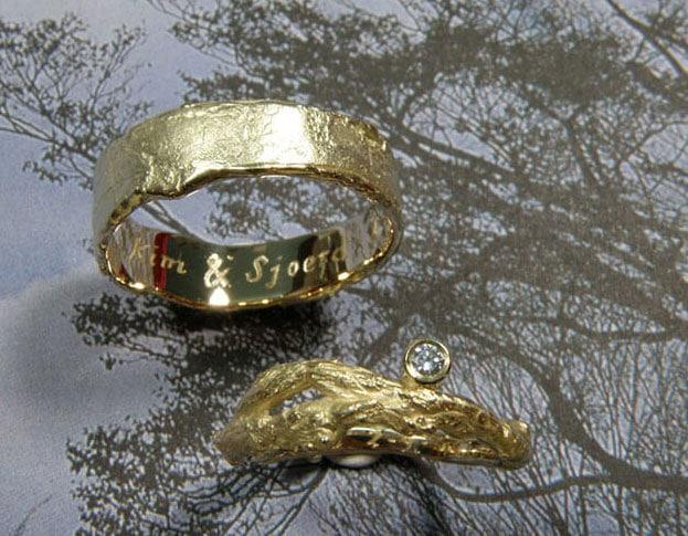 Organische geelgouden trouwringen erosie en takje met diamant.