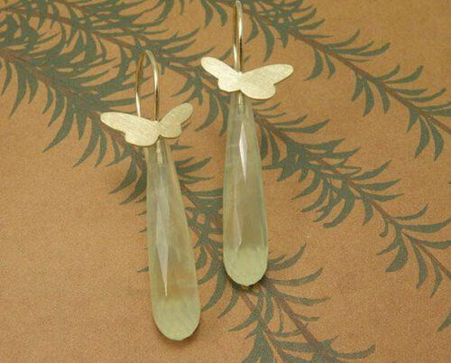 Geelgouden vlindertjes met krul en lange briolet geslepen prehniet. Yellow golden butterfly earrings with dropshape prehniet. Oogst Amsterdam.