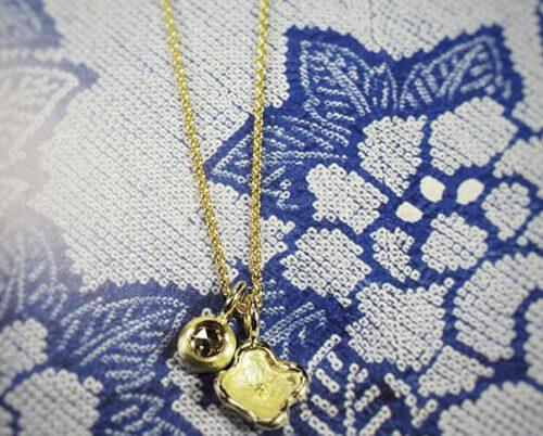 Hanger geelgouden bloem en roosgeslepen diamant bruin. Pendant yellow gold flower and rose cut diamond brown. Oogst Amsterdam Baargoud, geboortecadeau, push present, birth gift.