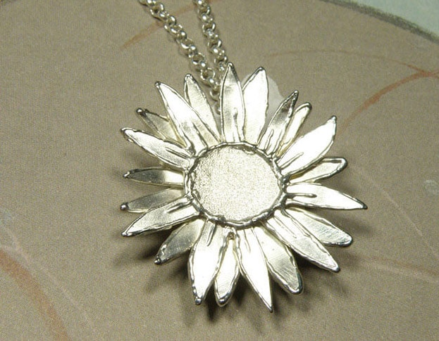 Zilveren zonnebloem hanger. Assieraad. Gedenksieraad. Silver Sunflower pendant. Remembrance jewel. Oogst goudsmid Amsterdam