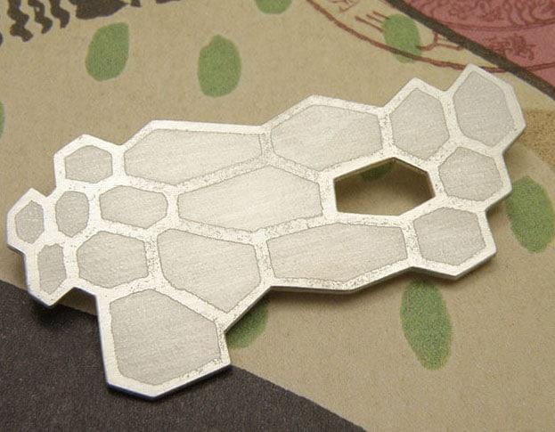 Zilveren honingraat broche. Silver honeycomb brooch. Oogst goudsmeden Amsterdam.