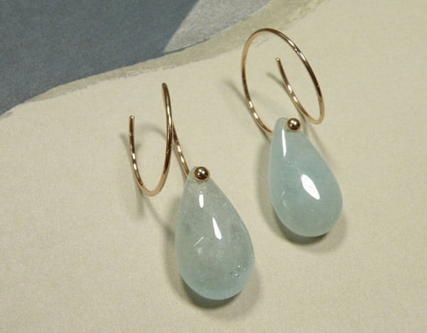 Roodgouden oorsieraden met aquamarijn druppels. Rose gold earrings with aquamarine drops. Oogst Amsterdam