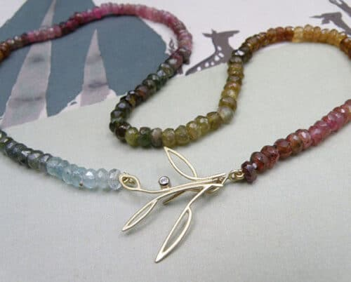 Toermalijn met geelgouden takjes. Tourmaline necklace with yellow gold twigs. Oogst Amsterdam