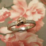 witgouden ring 'Insecten' met roodgouden kevertje. White golden ring 'Insects' with rose golden bug. Oogst goudsmeden Amsterdam.