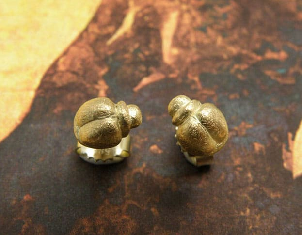 Geelgouden kevertjes oorstekers. Uit de 'Insecten' serie. Ontwerp van Oogst goudsmeden Amsterdam.