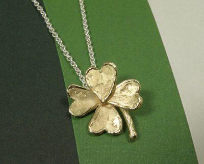 Klavertje-vier hanger vervaardigd van eigen oud goud. Four leaf clover pendant created from own heirloom gold. Oogst goudsmid Amsterdam