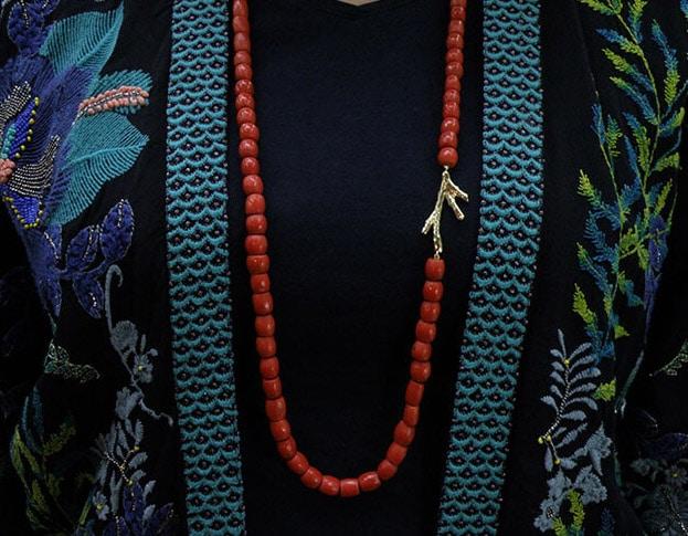 Koraal collier met geelgouden koraaltak. Coral necklace with yellow gold Coral. Oogst goudsmid Amsterdam