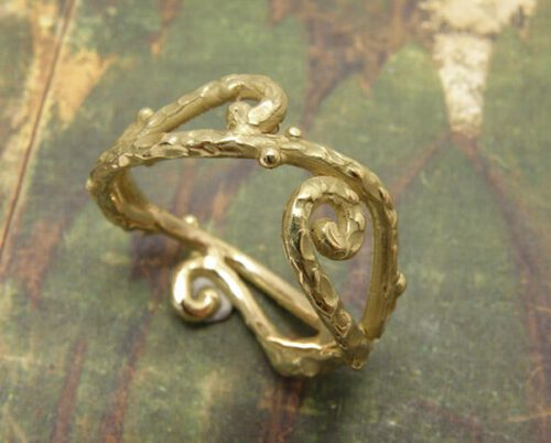 Krullen ring in geelgoud. Yellow golden ring with curls. Oogst Amsterdam.