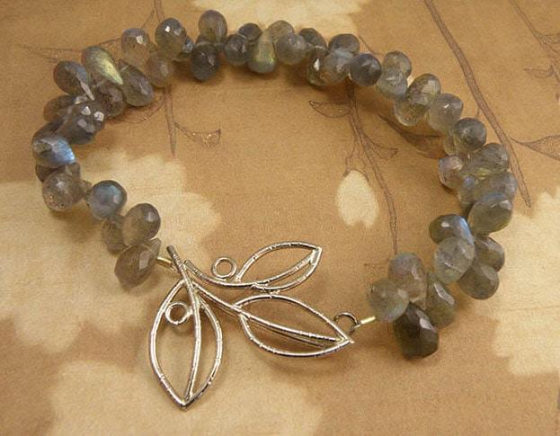 Labradoriet armband met witgouden blaadjes sluiting. Labradorite bracelet with white gold Leafs clasp. Oogst goudsmid Amsterdam