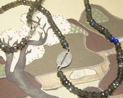 Labradoriet collier met lapis lazuli en zilveren element. Geboortesieraad. Labradorite necklace with lapis lazuli and silver accent. Birth gift. Oogst goudsmid Amsterdam