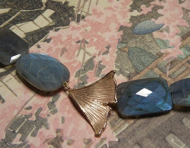 Labradoriet collier met roodgouden ginkgo blad sluiting. Labradorite necklace with rose gold Ginkgo leaf clasp. Oogst goudsmid Amsterdam.