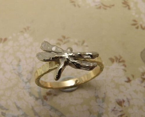 ring 'Insecten' met libelle. Ring 'Insects' with dragonfly. Oogst goudsmeden Amsterdam.