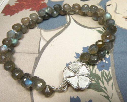 Labradoriet armband met zilveren bloem sluiting. Uit het Oogst goudsmid atelier. Labradorite bracelet with silver flower clasp. Made in the Oogst goldsmith studio.