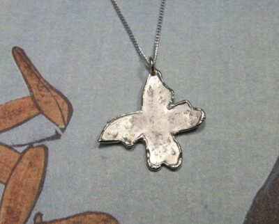 Witgouden vlinder hanger. Baargoud. Geboortesieraad. White gold Butterfly pendant. Push present. Birth gift. Oogst ontwerp & creatie