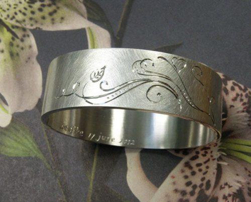Zilveren armband met handgravure. Geboortesieraad. Silver bracelet with hand engraving. Birth gift. Push present. Oogst sieraden Amsterdam