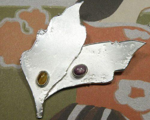 Zilveren broche Bladeren met tijgeroog en ster robijn. Uit het Oogst atelier. Silver brooch Leafs, with tiger eye and star ruby. Made in the Oogst goldsmith studio.