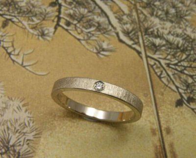 Verlovingsring 'Fluweel'. Witgouden ring streepjesmat met diamant. engagement ring 'Velvet'. White golden ring with diamond. Oogst goudsmeden Amsterdam.