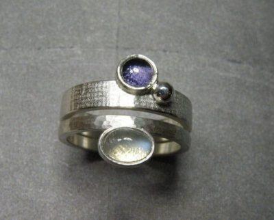 Zilveren ring Linnen met ioliet. Zilveren ring Ritme met maansteen. Silver ring Linen with iolite. Silver ring Rhythm with moonstone. Oogst Amsterdam. Stack rings. Aanschuifringen.