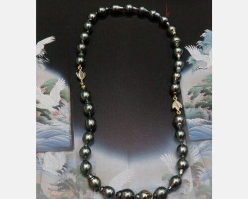 Tahiti Zuidzee parels met lotus motief van eigen goud. Tahitian South Sea pearls with Lotus motive created by Oogst goldsmith. Made from heirloom gold. Goudsmid Amsterdam.