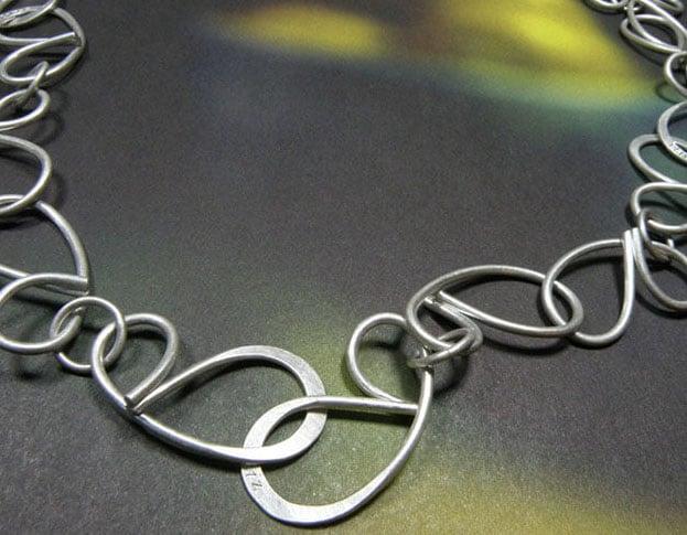 Zilveren schakel ketting Strik. Silver necklace Bow. Uit het Oogst goudsmid atelier. Made in the Oogst goldsmith studio.