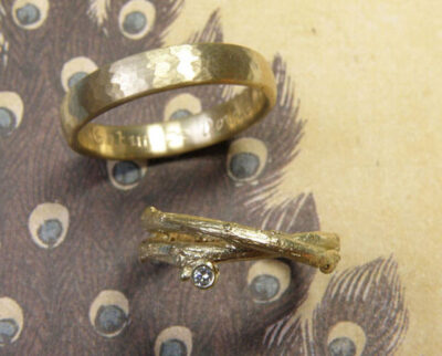 Trouwringen 'Boomgaard' en 'Ritme'. Geelgouden ring met hamerslag en geelgouden twijgjes ring met diamant. Wedding rings 'Orchard' and 'Rhythm'. Yellow golden ring with hammering and yellow golden ring with twigs and a diamond. Oogst goudsmeden Amsterdam.
