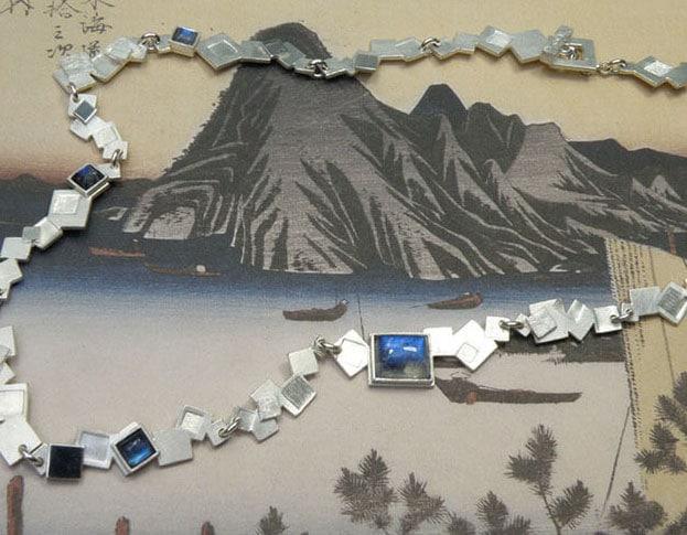 Zilveren ketting met maansteen Geometrisch. Silver necklace with moonstone Geometric. Uit het Oogst goudsmid atelier. Made in the Oogst goldsmith studio.