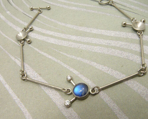 Witgouden armband met maansteen en diamant. White gold bracelet with moonstone and diamonds. Oogst Amsterdam.
