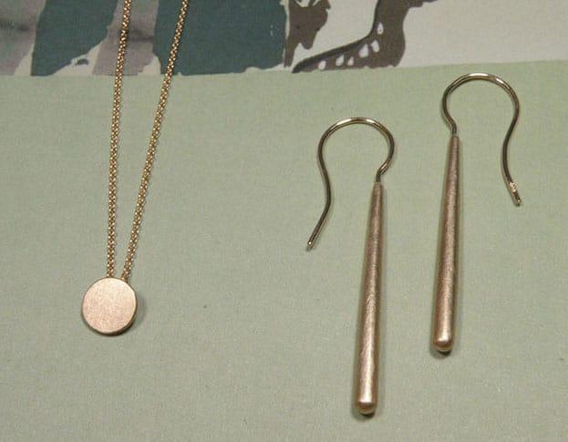 Roodgouden Cirkel hanger. Roodgouden Eenvoud oorbellen. Bruidssieraden uit het Oogst atelier. Rose gold Circle pendant. Rose gold Simplicity earrings. Bridal jewellery by Oogst Amsterdam.