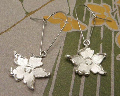Zilveren bloem oorhangers. Silver flower ear pendants. Oogst goudsmid Amsterdam. Design by Oogst goldsmith