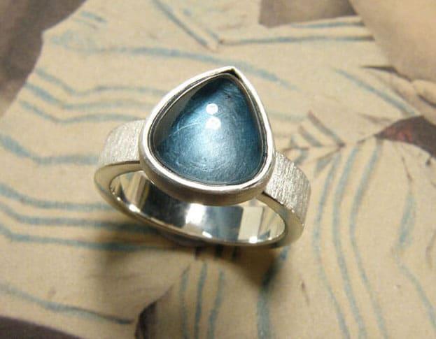 Zilveren ring met druppelvormige topaas. Silver ring with drop shaped topaz. Oogst goudsmid Amsterdam