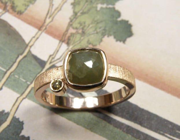 Roodgouden ring met olijf en groene diamant. Baargoud. Rose gold ring with an olive and a deep green diamond. Push present. Oogst goudsmid