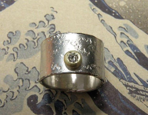 Zilveren stoere structuur ring met geelgouden boleet en diamant. Silver sturdy textured ring with a diamond in a yellow gold setting. Oogst Amsterdam. Ontwerp & Creatie