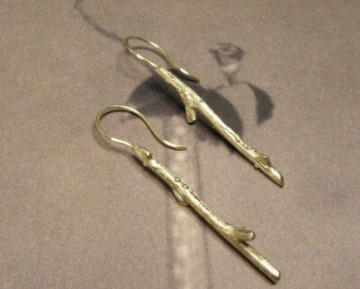 Geelgouden oorsieraden Boomgaard takjes. Yellow gold Orchard earrings twigs. Oogst goudsmid Amsterdam. Edelsmid . Oorbellen.
